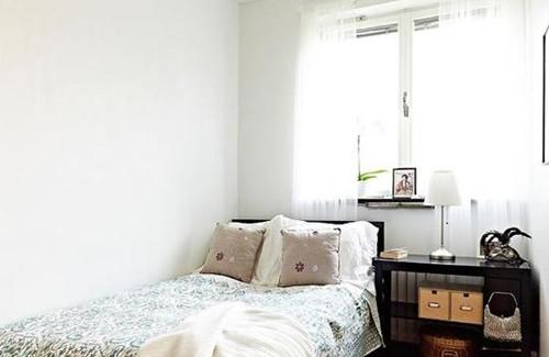 小房间装修效果图三 这间小卧室以纯白我主色调,让人感觉非常清新