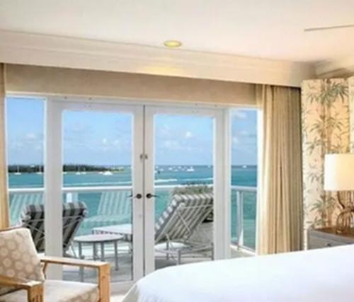 主卧阳台使用了垭口和卧室分割,打造了一个不错的休闲区域.