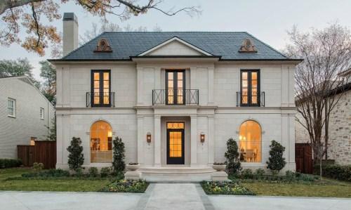 暗黄色的灯光,透过拱形的玻璃落地窗,和自然色的石材外墙瓷砖,形成