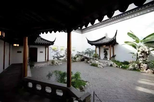 十分雅致的庭院,整体色彩偏灰白;很像某些古风小说里提到的院子.图片