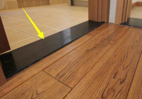 而房间与房间之中一般都会有门槛石来进行装饰,有的房间是铺的木地板