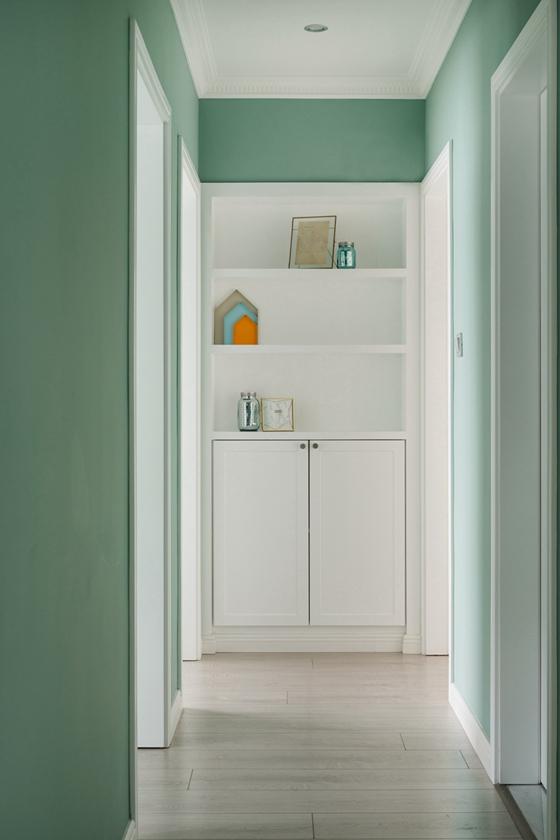 走廊用的也是薄荷绿作为墙面颜色,但设计非常简约,走廊尽头的柜子无论图片
