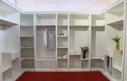 衣柜和储物柜一体设计,不仅增强空间收纳储物功能,而且通过浅绿色装饰