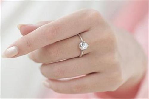 手指戴戒指的含义 戴戒指的注意事项图片