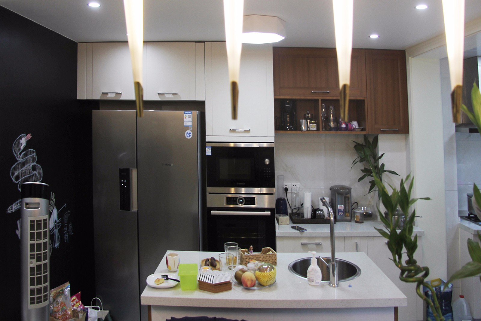 中岛的设计运用是厨房是餐厅,大大增强了空间之间的交流与互动.