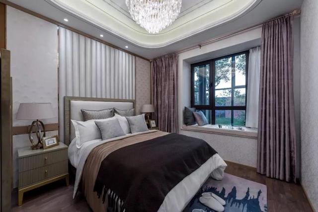 主卧整体风格是简单舒适,灯光柔和,床头设计的也非常温馨.图片