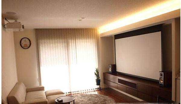 16:9的幕布是搭配目前主流家用投影机的最好选择,也是普通家庭在客厅