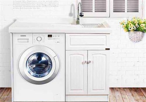 斜桶洗衣機的檢查,站立和洗滌的衣服