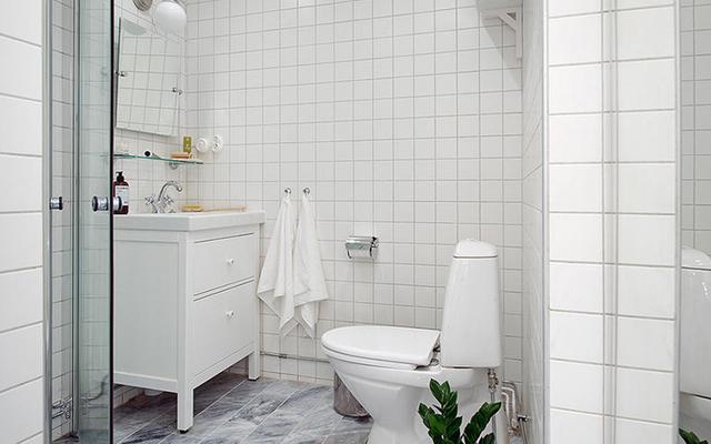 小型卫生间装仹f�x�_卫生间安装独立的小型浴缸,依旧可以满足我们泡澡的需求,很多家庭