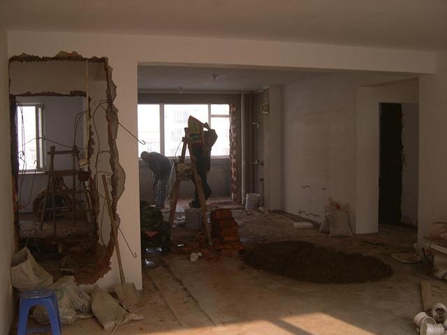 老房改造是一件繁琐又浩大的工程,不但要进行主体拆改,而且还要对空间、水路、电路进行优化,这样才能让旧房焕然一新。那么,老房子装修步骤是什么呢?下面就跟着小编一起来看看吧!  老房子装修步骤: 1、老房子装修步骤———主体拆除 在改造时,要先进行主体拆除,其中包括对墙面、地面、门窗、水路、电路的拆除,并且要将拆改后的垃圾及时清理,让室内保持干净、整洁。  2、老房子装修步骤———结构优化 一般老房子的结构都不太好,所以在拆改时要进行结构