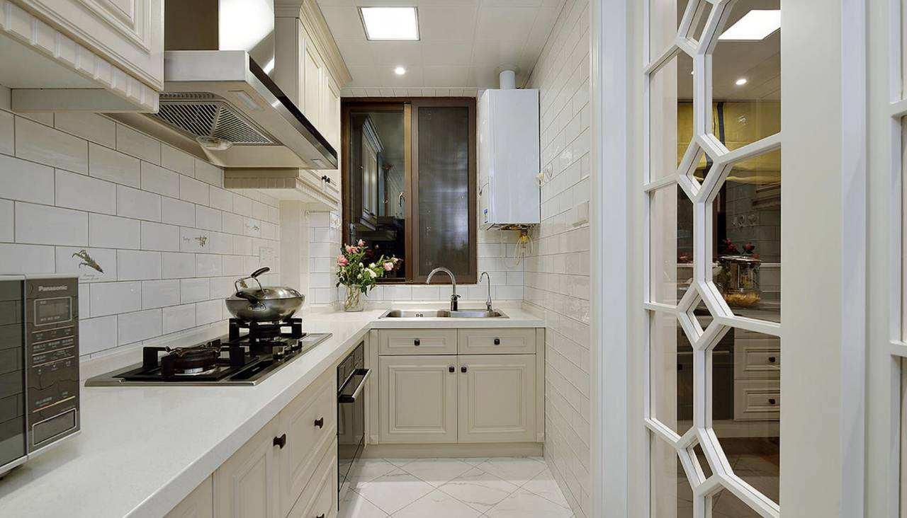 很多人家为了美观,会将燃气热水器安装在柜子里面.图片