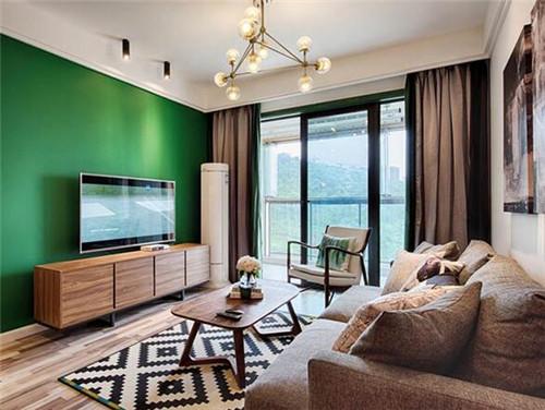 图中便是这套房子的会客厅,主人将电视墙喷涂成养眼的绿色,搭配以木质
