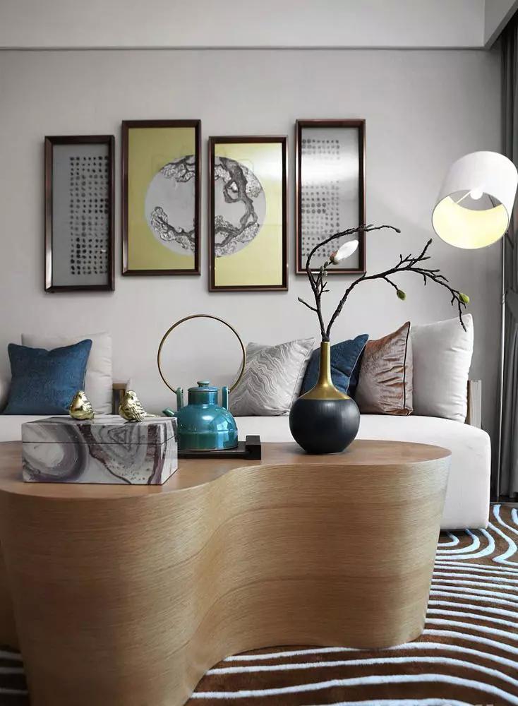 越来越多的都市人开始摒弃繁缛豪华的装修,力求拥有一种自然简约的居室空间。现代风格是比较流行的一种风格,追求时尚与潮流,非常注重居室空间的布局与使用功能的完美结合。今天跟大家分享3个70-90平的现代简约风格家装案例,有时候复杂的未必是好的设计,简洁干净的也同样可以捕获人心。 78清新秀气、温馨有爱的家 客厅  遵循了北欧风惯有的轻装修重装饰的原则,利用淡雅的色彩以及丰富的家饰塑造出一个柔和,舒适的居住空间。  不可缺少的装饰画以及艺术品可以很好的提升空间的艺术性,将整体的质感得到升华。  淡色木质地