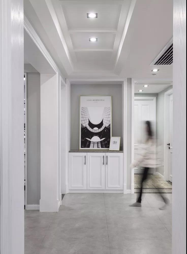入户对侧走廊尽头的端景处利用深度做出地柜,合理利用空间也兼顾视线图片