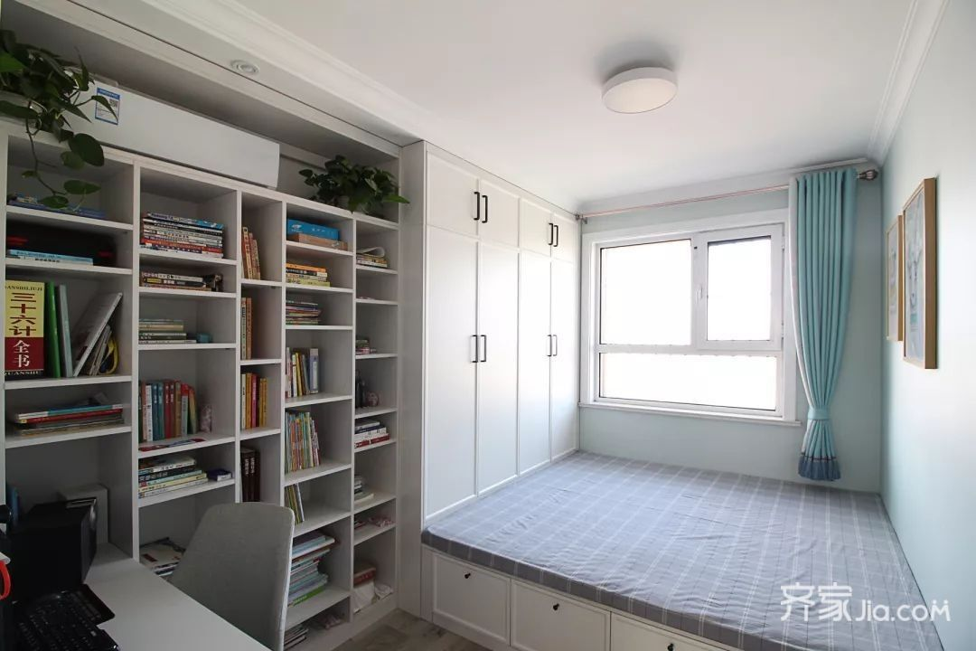 卧室的衣柜设计在飘窗的两侧,同时飘窗底部也是收纳柜,让整个空间看上