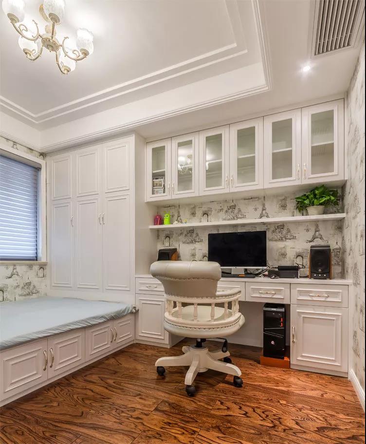 这套欧式真的很漂亮,蓝、白、黄搭配在一起,营造了一个超温馨超舒适的家居氛围。沙发、茶几、电视柜都挺有设计感的,看着优雅极了!   每个角落都做了精心的搭配,硬装注重对称和造型美,还保证了日常储物需求。软装部分,鲜花、抱枕、壁画,各种精致的小物件,好好看!