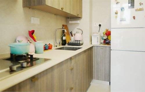 按照前面提到的设计,那厨房与客厅之间基本上是不能放下餐桌了,这