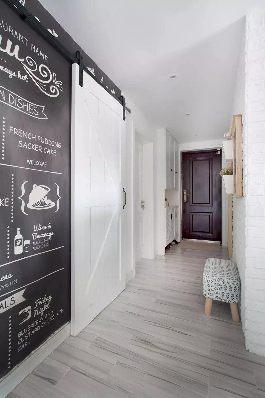 装修效果图:今天和大家分享的是一组110的简约北欧风格装修效果图,颜色上走的是北欧一贯的干净利落,三室两厅满足一般家庭的需求。原木与白色的完美碰撞让家装更加清新~  平面布置图  一进门的玄关处用白色文化砖装饰着整个墙面,灰色条纹地砖搭配白色收纳鞋柜,让人一回家就感受到一股干净又明亮气息,舒适怡人  布艺包起来的小换鞋凳,结合黑板墙+白色谷仓门,让主人在换鞋的时候就能感受到文艺与舒适的气息  过来玄关转角就是餐厅,依旧采用文化砖作为墙面,大片白色搭配木质餐桌,在细节上用活泼的颜色作辅助,使一个5人的用餐空