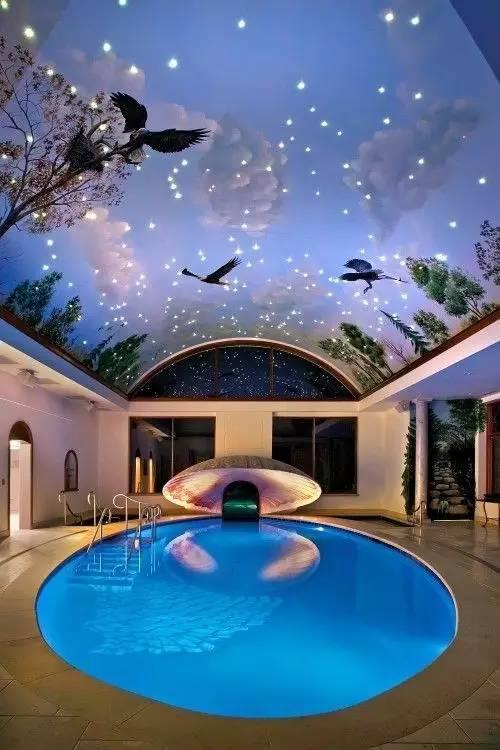 资讯 装修头条 自媒体 正文  浴室设计成圆形的玻璃浴池,悬挂在房间的