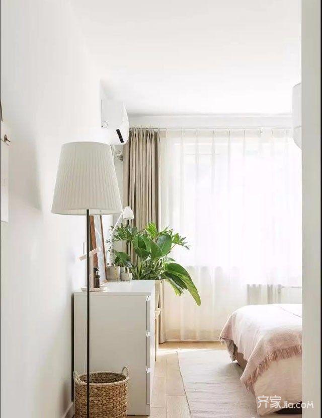 主卧全景,背景简单金属壁灯点缀,创意床头柜配置.