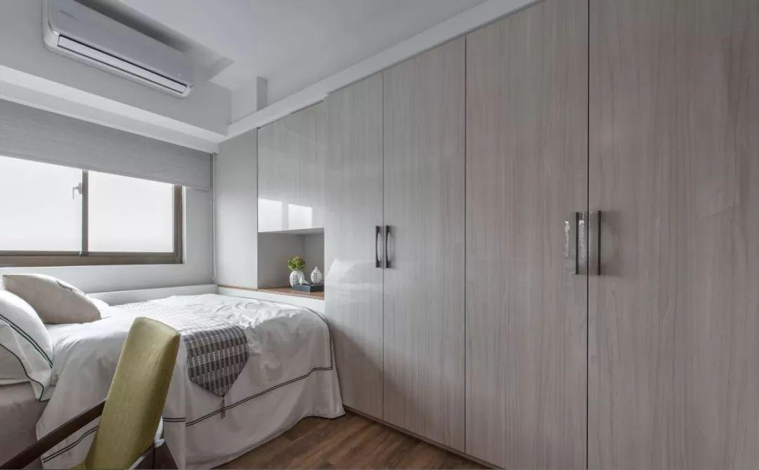 主卧利用长方形的布局,设计4米的入墙式衣柜和简易书桌,书桌上方的
