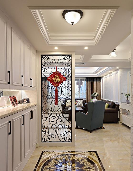入户玄关,地面用的拼花瓷砖,左边鞋柜,简单做了吊顶,正前方用镂空雕花