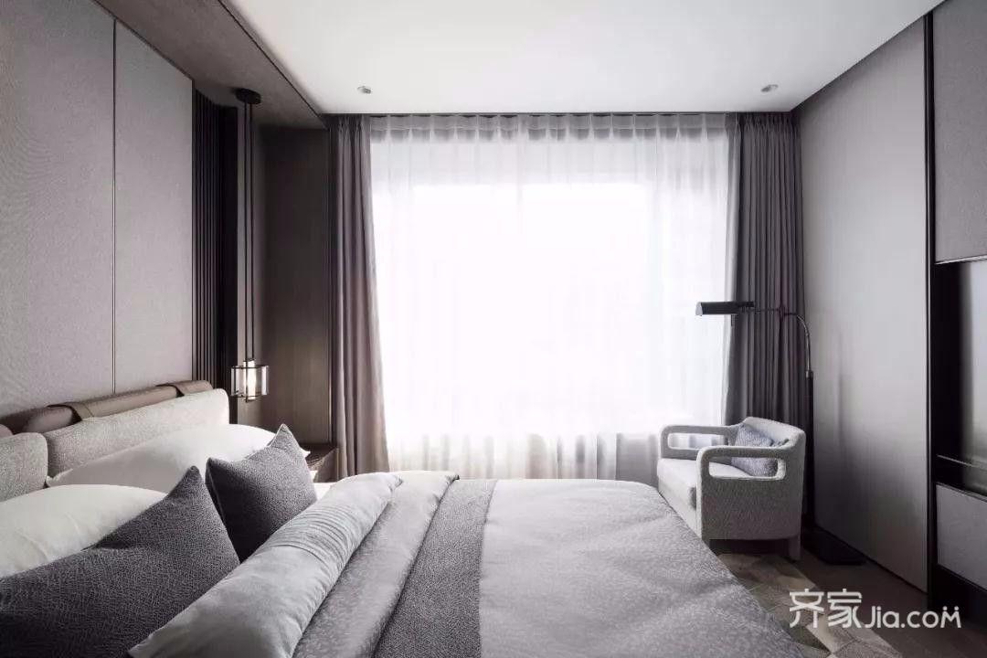 自然柔和的哑光木地板,与米灰色墙纸相映衬,都市休闲的情致弥漫其中.