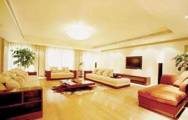 客厅装修是贴瓷砖还是铺木地板?