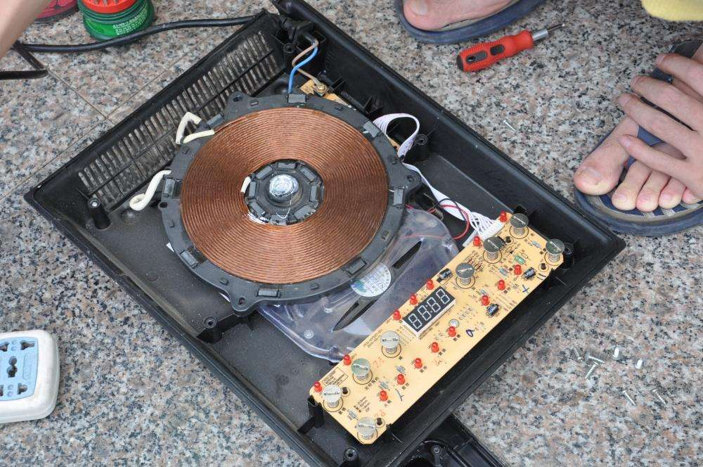 我的电磁炉保险烧坏后,更换了保险后,一插上电源就跳闸...