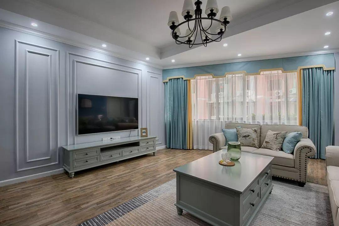 电视墙面用石膏线条勾勒造型,墙面灰蓝色自带一种深沉的气质和清爽的