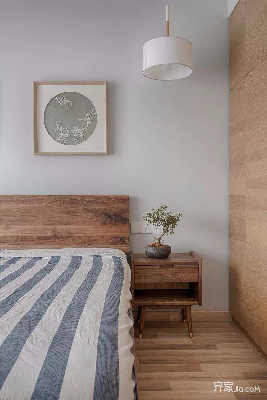 主卧的装饰更偏向舒适简单,衣柜为现场定制,家居产品全部选用原木风格