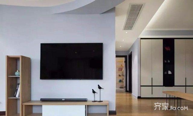 蓝白电视背景墙,搭配深色踢脚线,横竖搭配的木质柜体点缀出轻盈质感