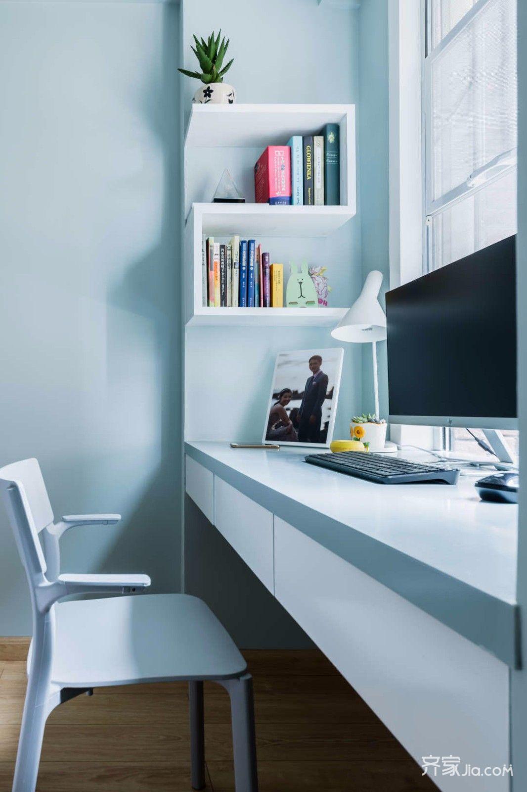 次卧同样简单宁静,设计师还利用窗边的角落设计出一个书桌区域,z字形图片