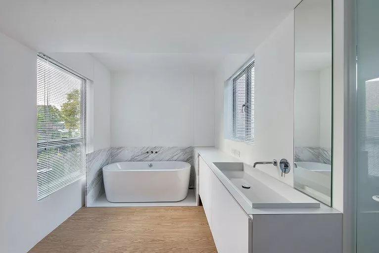大理石砖面与瓷白卫浴堪称绝配,百叶窗,水龙头,镜面则将极简风推向了图片
