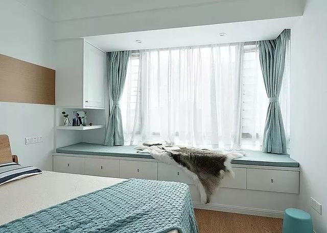 买房子的时候,我的第一个要求就是要有阳台和飘窗,因为装修的时候,飘窗可以利用起来,当一个休闲的小角落,同时如果想要变成储物空间,飘窗也能挤出一点空间来,所以感觉买到有飘窗的房子,就感觉赚了一样,今天我就来给大家分享一下飘窗可以怎么利用好?30款实用飘窗设计推荐,你也参考一下吧。飘窗分为两种,一种是可