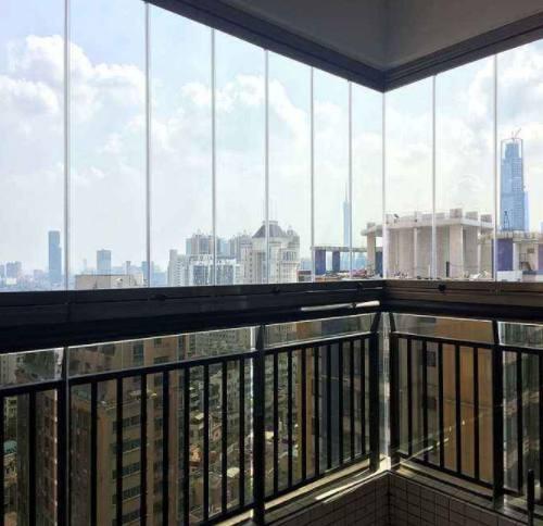 而且看风景的效果也非常的好,而且使用这种玻璃来封阳台的话,还可以