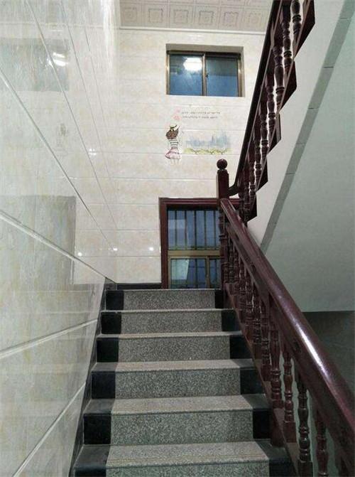 楼梯的理想位置是靠墙而立,而农村二层楼房楼梯位置一般是放在靠墙