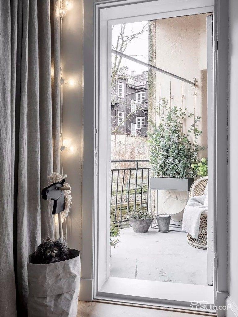 窗户一角,外面的风景格外明媚