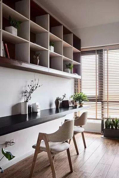 靠窗布置书桌的设计,适合开间较大,但进深较小的书房,在窗户旁边布置图片