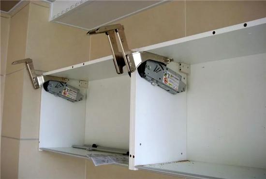②在厨卫吊顶的同时,橱卫的防潮吸顶灯,排风扇(浴霸)应该已经买好,并