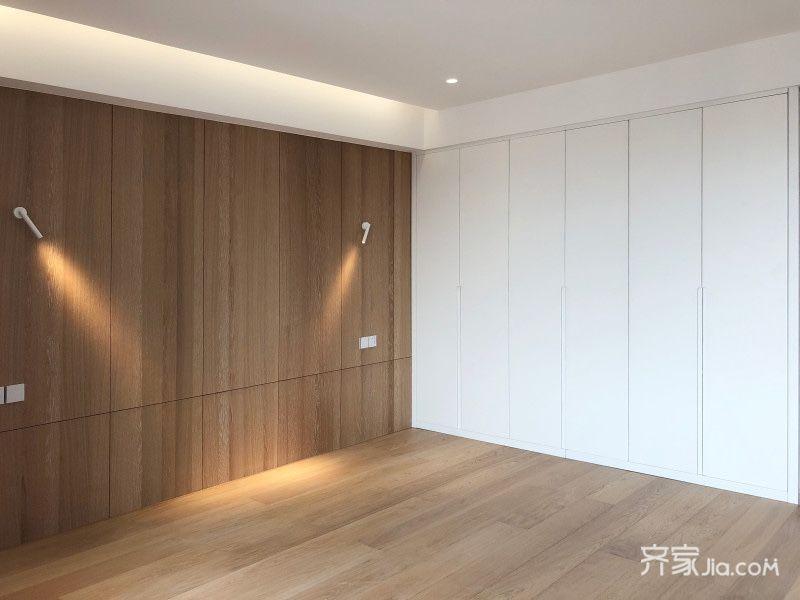 床头背景墙采用了欧松板打底木饰面贴皮,两个白色简约的壁灯不仅作为