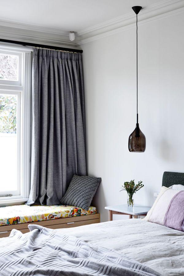 现代简约卧室灰色窗帘装饰图