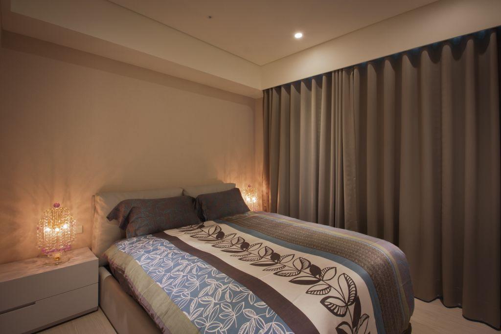 简约现代风格卧室 深灰色窗帘设计
