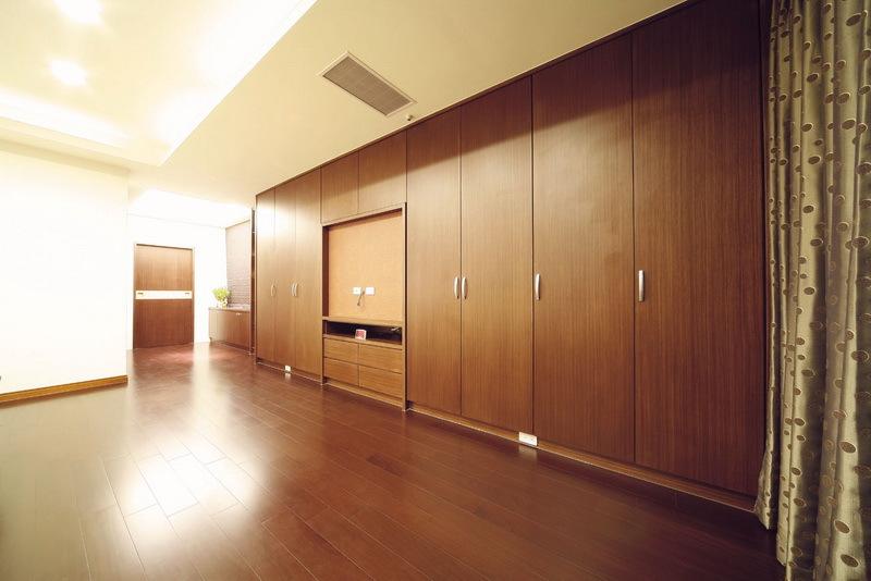 现代风格实木衣柜展示图