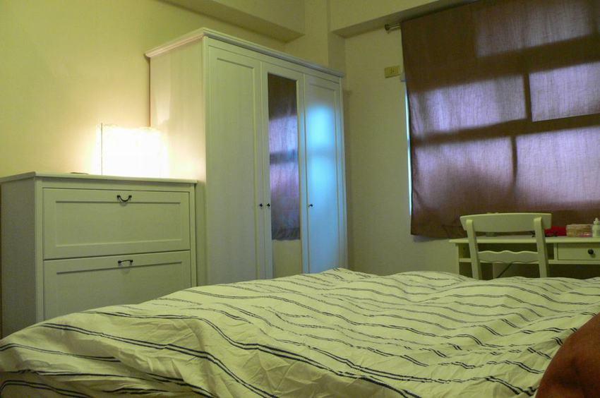 白色简欧小卧室衣柜设计