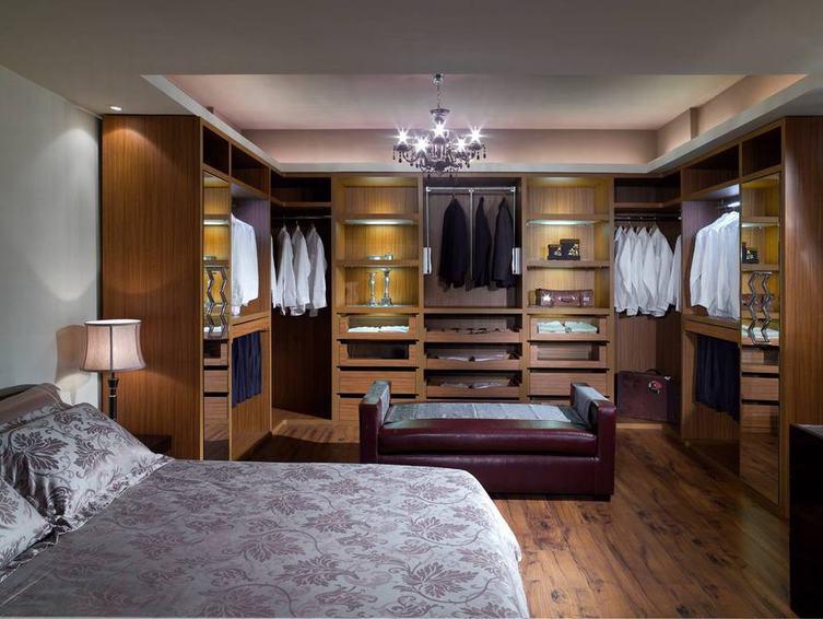美式风格卧室无门衣柜设计