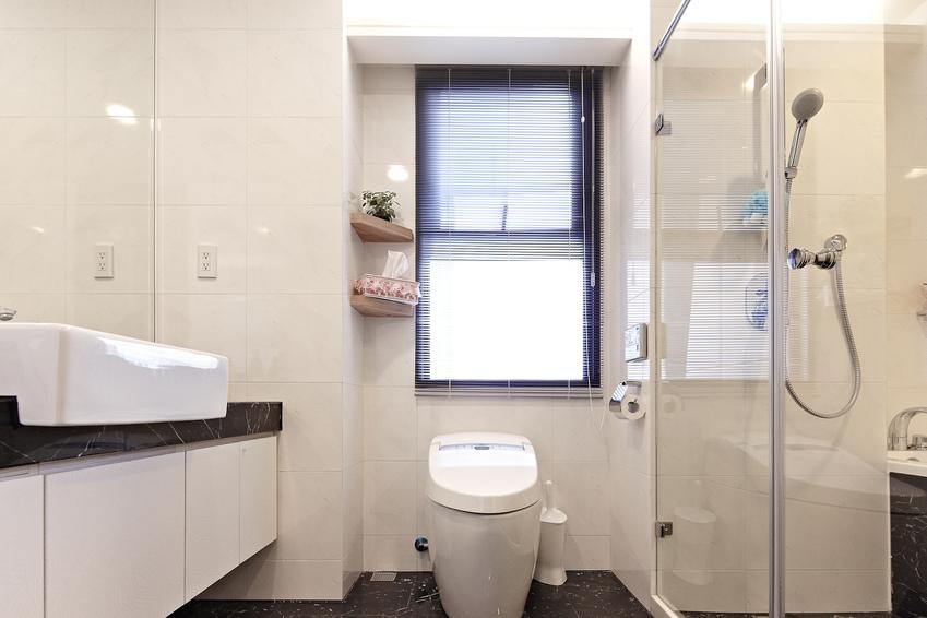 白色极简小型卫生间设计