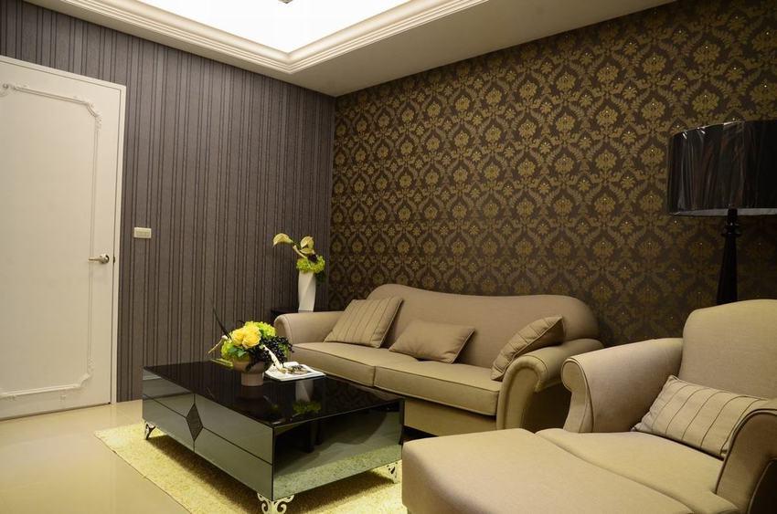 简欧客厅咖色系墙纸装饰图