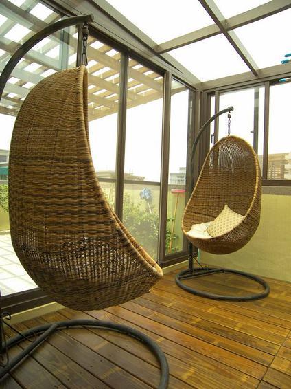 现代中式别墅室内 藤制秋千椅装饰图