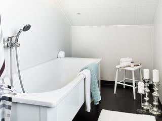 极简北欧风卫生间浴缸设计
